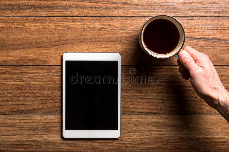 Tableta y café en la madera fotos de archivo libres de regalías