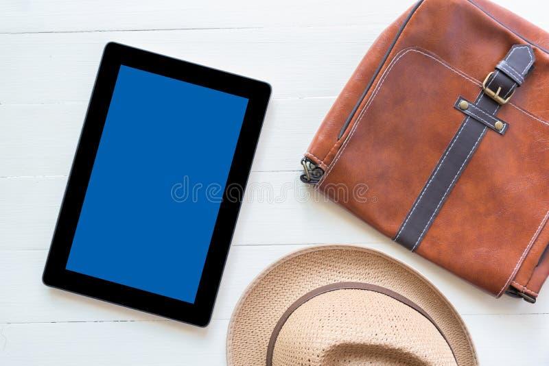 Tableta y endecha plana de la moda casual del ` s de los hombres en el floo de madera blanco fotos de archivo libres de regalías