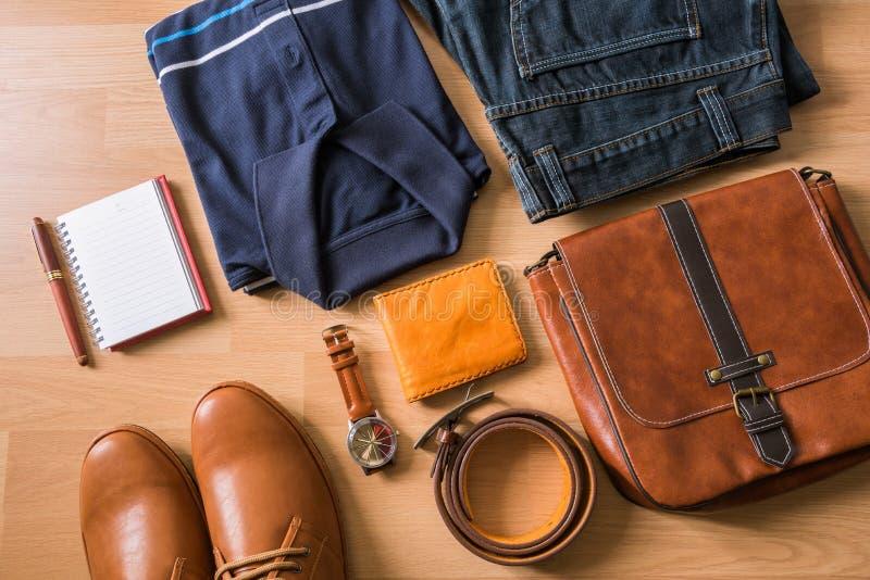 Tableta y endecha plana de la moda casual del ` s de los hombres en el floo de madera blanco fotografía de archivo