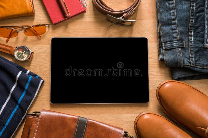 Tableta y endecha plana de la moda casual del ` s de los hombres en el floo de madera blanco fotos de archivo