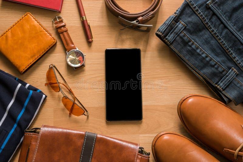 Tableta y endecha plana de la moda casual del ` s de los hombres en el floo de madera blanco imágenes de archivo libres de regalías