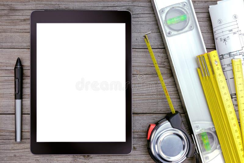 Tableta y herramientas de Digitaces en la tabla de madera gris fotografía de archivo libre de regalías