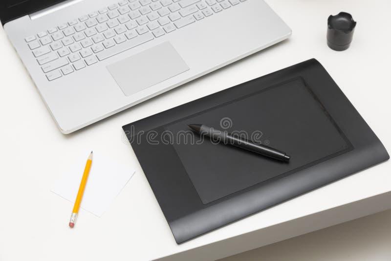Tableta y ordenador portátil del dibujo de Digitaces en la tabla libre illustration