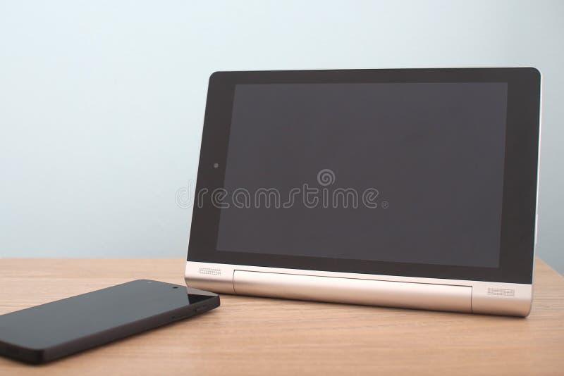 Tableta y teléfono en blanco fotos de archivo libres de regalías