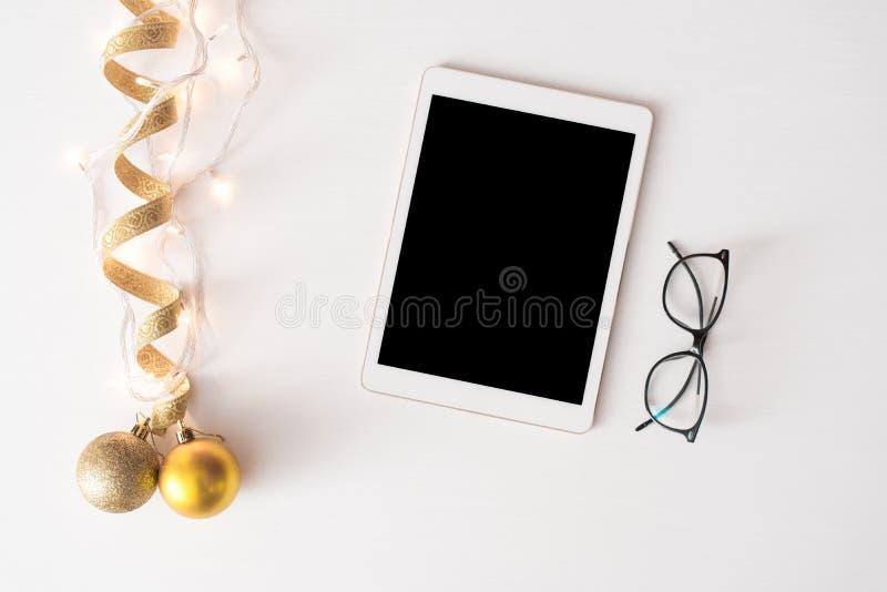Tabletanzeige auf Tabelle Weihnachtszusammensetzungshintergrund tapezieren Sie, Dekorationsbälle, auf weißem Hintergrund stockbild