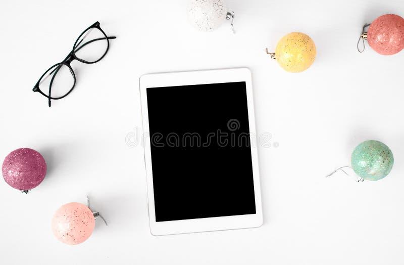 Tabletanzeige auf Tabelle Weihnachtszusammensetzungshintergrund tapezieren Sie, Dekorationsbälle, auf weißem Hintergrund stockfotografie