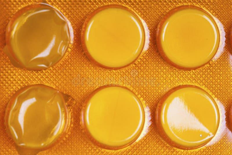 Tabletas blancas en paquete de ampolla anaranjado foto de archivo libre de regalías