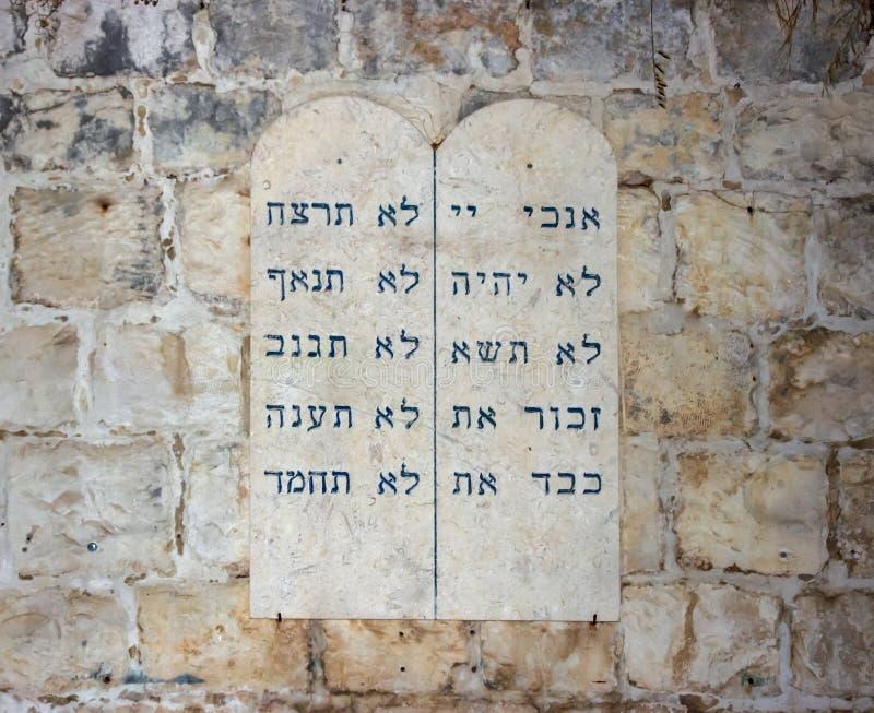 Tabletas con los diez mandamientos de la pared cerca del sepulcro de rey David en la ciudad vieja de Jerusalén, Israel imágenes de archivo libres de regalías