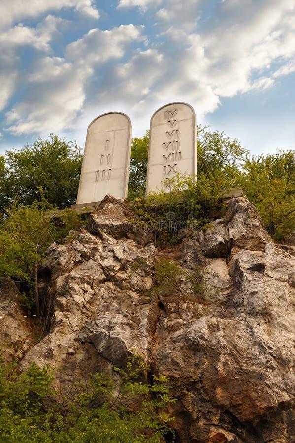 Tabletas de piedra en una colina rocosa con tallado 10 mandamientos fotos de archivo libres de regalías