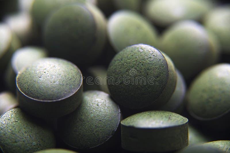 Tabletas de Spirulina, suplemento dietético foto de archivo