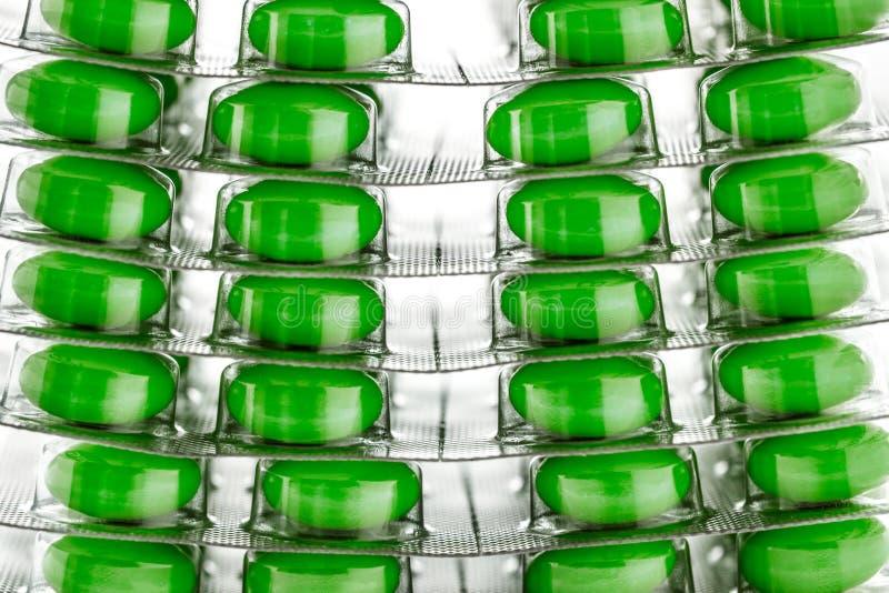 Tabletas en el embalaje plástico como fondo imágenes de archivo libres de regalías