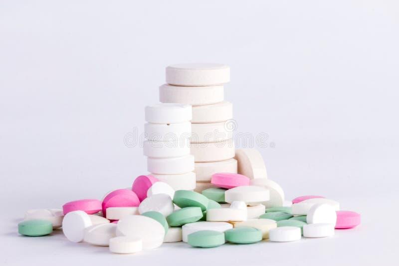 Tabletas enormes y una torre de drogas fotografía de archivo