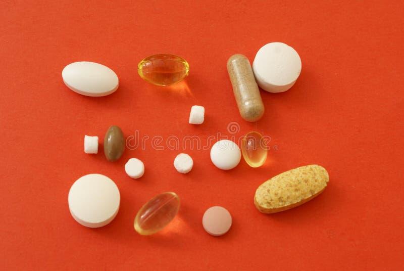 Tabletas médicas, píldoras, drogas, cápsulas, vitaminas, y suplementos fotos de archivo