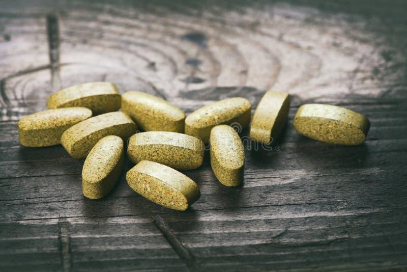 Tabletas verdes Suplementos dietéticos imagen de archivo libre de regalías