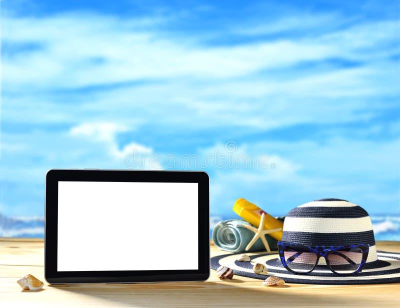 Tabletcomputer op het strand royalty-vrije stock afbeeldingen