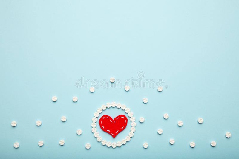 Tabletki ze aspiryną i czerwone serce Kardiologia i medycyna, opieka zdrowotna i apteka zdjęcia stock