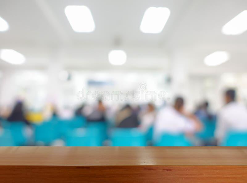 Tabletop de madeira com imagem borrada da medicina de espera dos povos fotos de stock