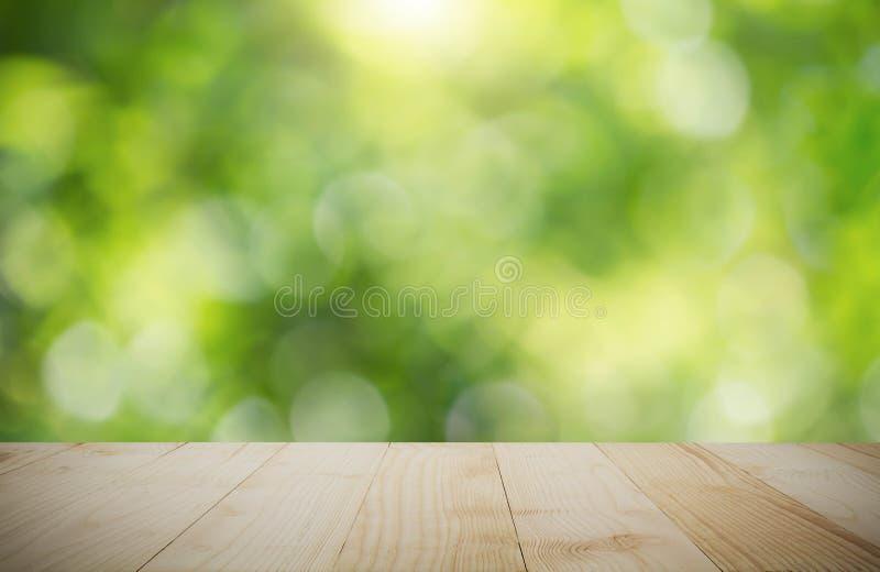Tabletop de madeira do vintage no fundo verde borrado do bokeh da natureza imagens de stock royalty free
