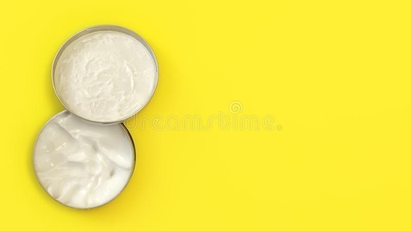 Tabletop sikt, behållare för metallrundatenn med vit kosmetisk kräm på det gula brädet, lock över krusgrunden, brett baner med te royaltyfri bild