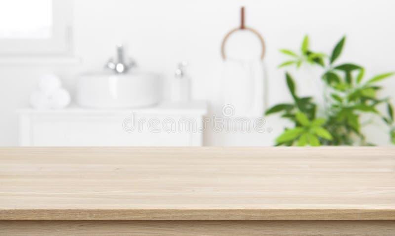 Tabletop vacío para la visualización de productos con fondo interior de baño borroso imagen de archivo libre de regalías