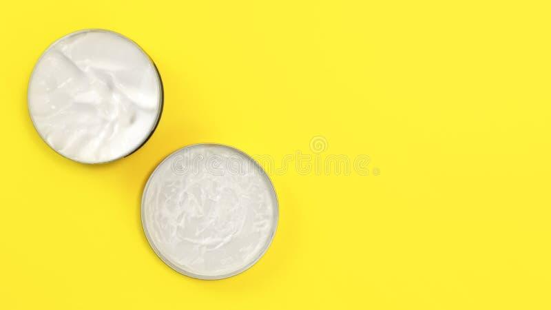 Tabletop widok, metalu round cyny zbiornik z białą kosmetyczną śmietanką na kolor żółty desce, nakrętka obok bazy, przestrzeń dla zdjęcia royalty free