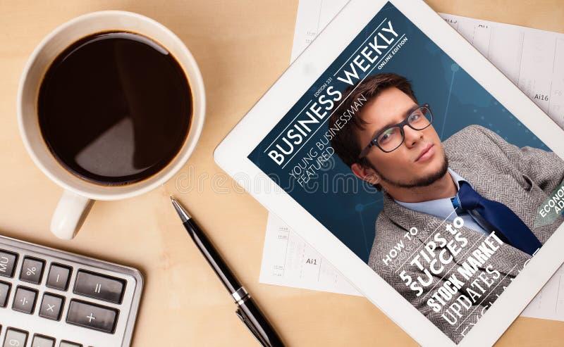 Tabletpc die tijdschrift op het scherm met een kop van koffie op D tonen stock fotografie