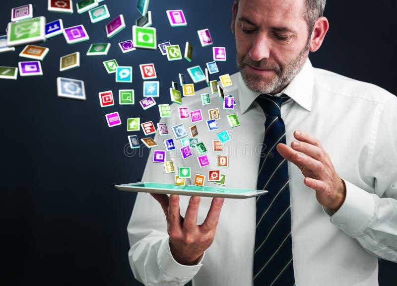 Tabletpc met wolk van toepassingspictogrammen stock afbeeldingen