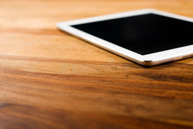 Tabletpc op donkere houten lijst royalty-vrije stock foto's
