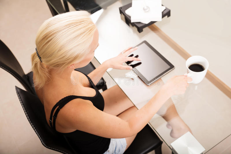 Tabletpc op het bureau stock foto