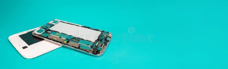 Tabletreparatie Het close-up demonteerde mobiele telefoondelen Kleurrijke blauwe achtergrond Ruimte voor tekst stock afbeelding