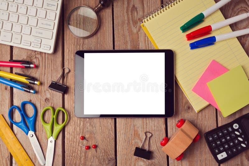 Tabletspot op malplaatje met schoollevering over houten oppervlakte Terug naar het Concept van de School stock fotografie