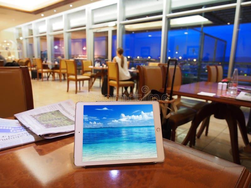 Tablette au salon d'aéroport images stock