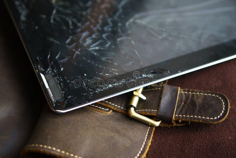Tablette avec l'écran en verre cassé images stock