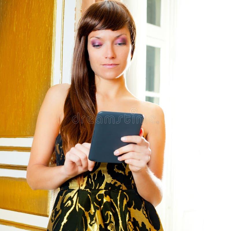 Tablette d'ebook du relevé de femme de mode d'élégance photo stock