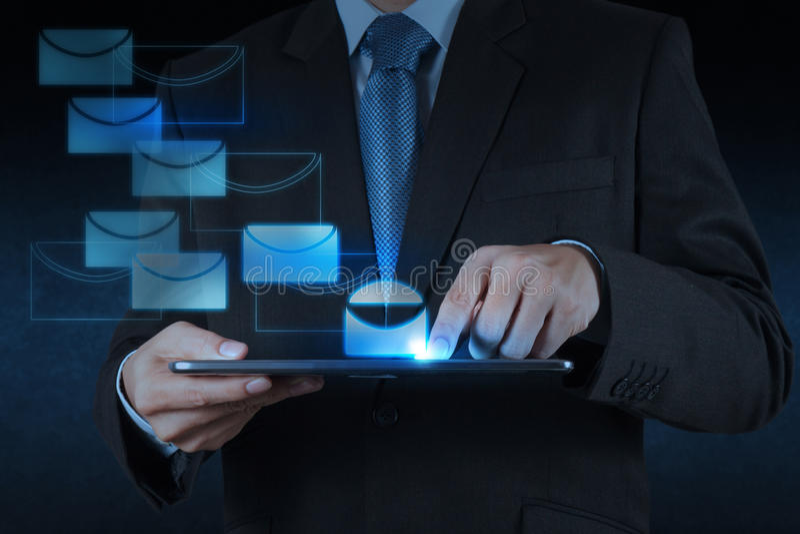 Tablette d'utilisation de main d'homme d'affaires avec l'email photos stock