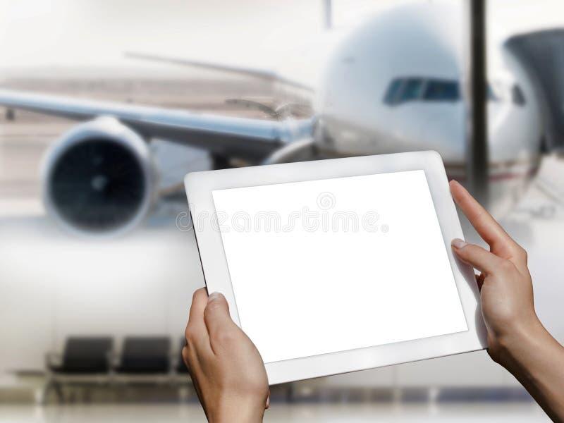 Tablette dans les mains à l'aéroport photos stock