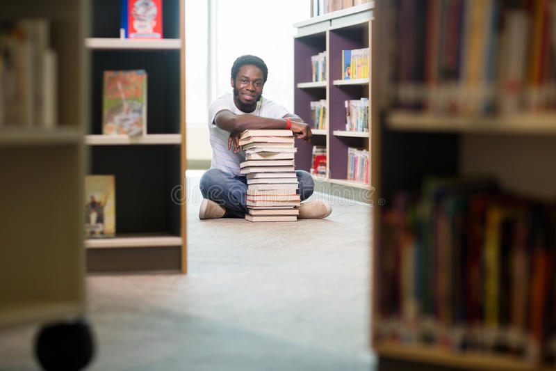 Tablette de With Books And Digital d'étudiant se reposant dedans photos stock