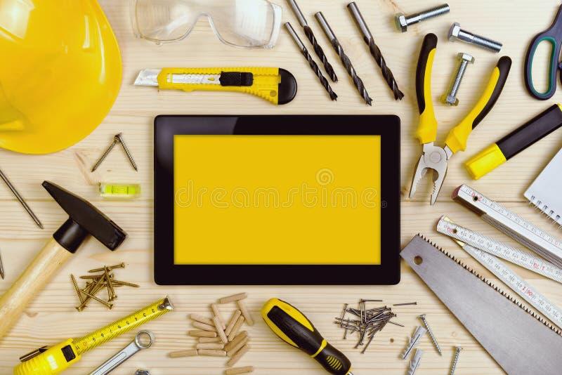Tablette de Digital et outils assortis de menuiserie sur le Tableau d'atelier photos libres de droits
