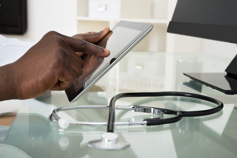 Tablette de docteur Hands Using Digital photo libre de droits