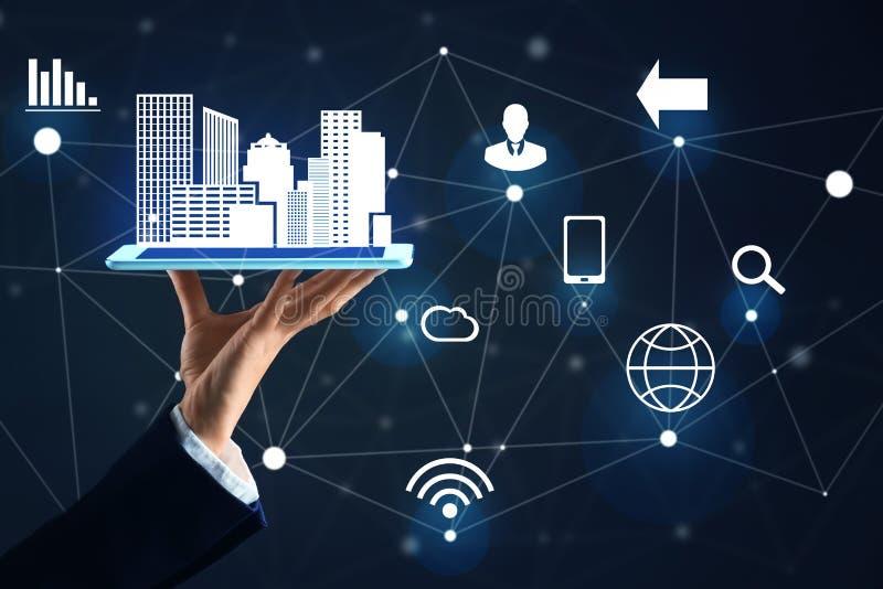 Tablette de participation de femme d'affaires avec le modèle et les icônes de ville sur le fond foncé Internet bleu de concept de illustration de vecteur