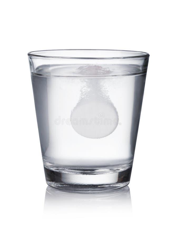 Tablette fiel in das Wasser stockbild