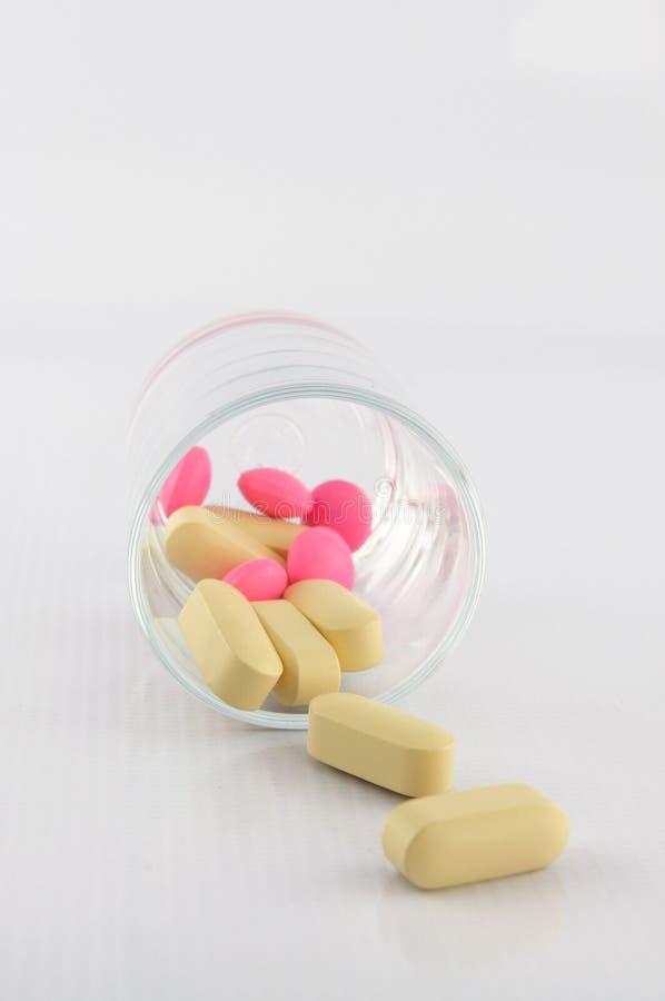 Tablette jaune et rose en glace de dosage photos libres de droits