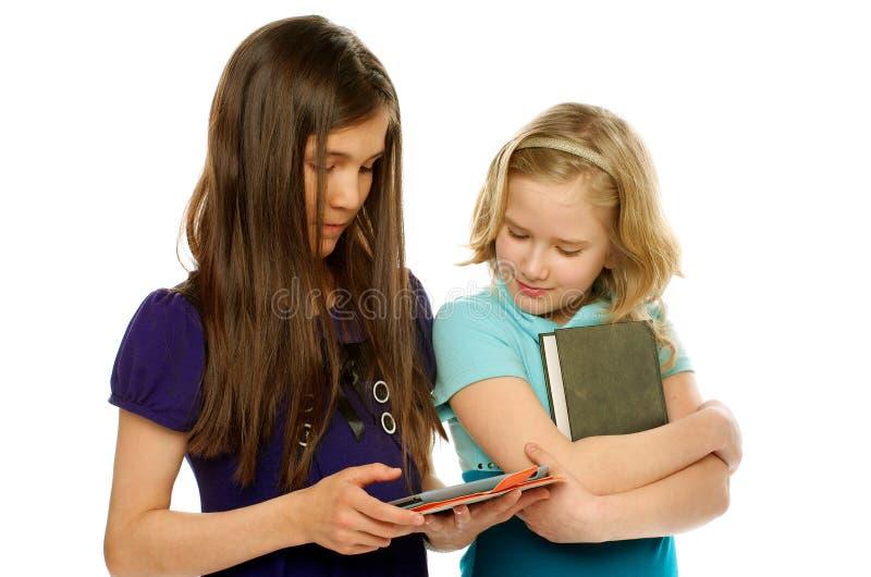 Tablette PC gegen Buch stockbild