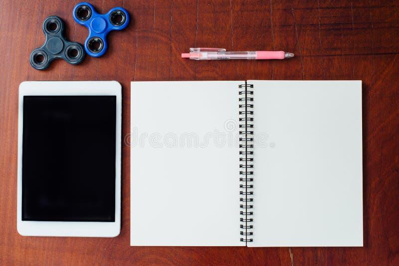 Tablette, stylo, fileur de main, carnet sur le fond en bois de table photographie stock libre de droits