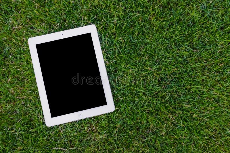 Tablette sur la pelouse images stock