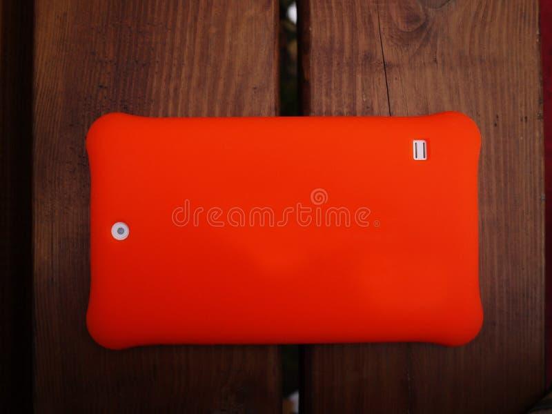 Tablette sur la plate-forme d'Android pour des enfants Tablette avec une couverture lumineuse et un grand écran photographie stock