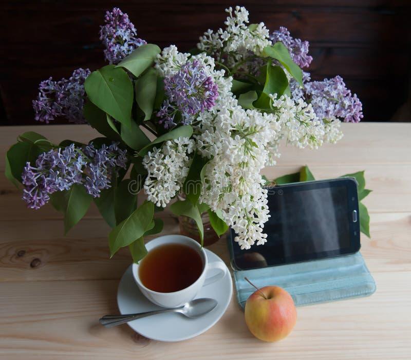 Tablette sur la table photo stock