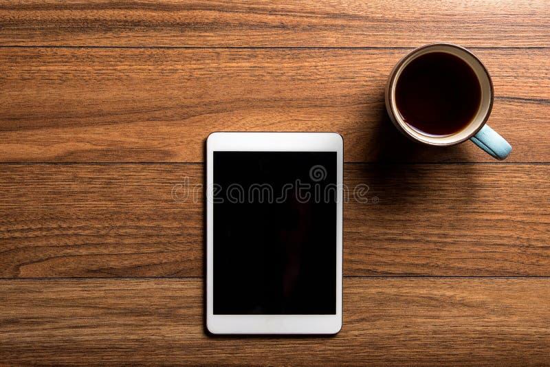 Tablette sur le bois avec du café image stock