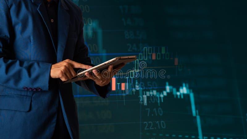 Tablette tactile de doigt d'homme d'affaires avec la courbe de rentabilit? de finances et d'op?rations bancaires images stock