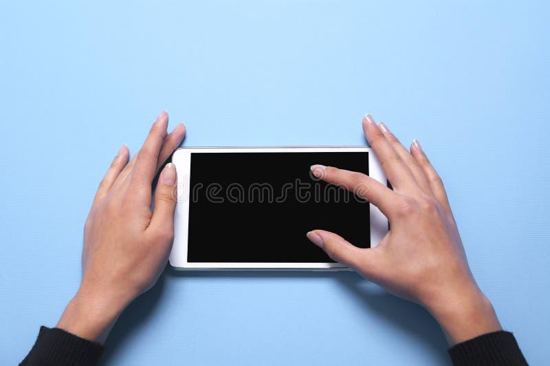 Tablette und Hand lizenzfreies stockbild